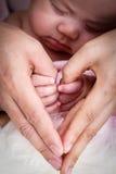 Beau bébé avec la main d'utilisation de maman Photos libres de droits