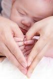 Beau bébé avec la main d'utilisation de maman Image libre de droits