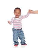 Beau bébé d'Afro-américain apprenant à marcher Image libre de droits