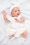 Beau bébé dans la robe blanche, trois semaines de  Photos libres de droits