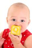 Beau bébé de 10 mois avec le bloc de jouet Photographie stock libre de droits