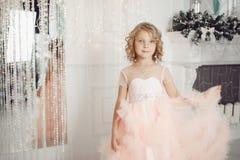 Beau bébé en cheminée blanche de bord de participation de nuage de robe photo stock