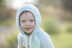 Beau bébé garçon à la lumière du soleil d'après-midi photo libre de droits