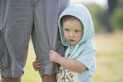 Beau bébé garçon à la lumière du soleil d'après-midi photos libres de droits