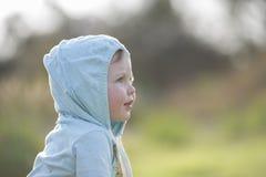 Beau bébé garçon à la lumière du soleil d'après-midi image libre de droits