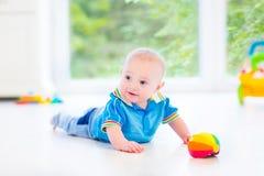 Beau bébé garçon avec la voiture colorée de boule et de jouet Photographie stock libre de droits