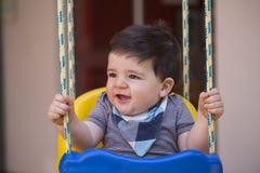 Beau bébé garçon brésilien regardant la caméra bébé sur le swin image stock
