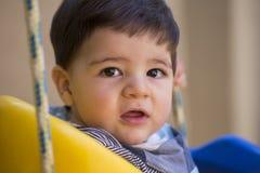 Beau bébé garçon brésilien regardant la caméra bébé sur le swin photo stock