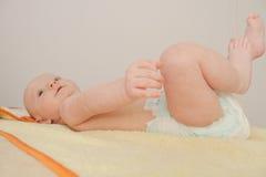 Beau bébé garçon, cinq mois de jouer Photo stock
