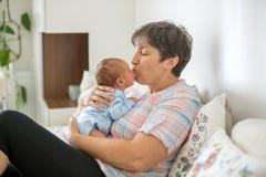 Beau bébé garçon dans des bras de grands-mères Photo stock