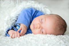 Beau bébé garçon nouveau-né, dormant images stock