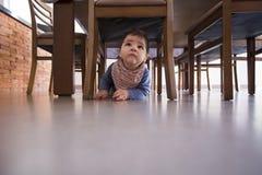 Beau bébé garçon sous la table photos stock
