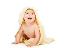 Beau bébé heureux en serviette jaune d'isolement Photos stock