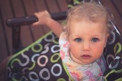 Beau bébé mignon d'enfant regardant l'appareil-photo avec la vue d'en haut image stock