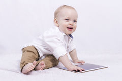 Beau bébé mignon de sourire avec un comprimé Image stock