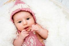 Beau bébé nouveau-né se situant dans le panier et regardant vers l'appareil-photo Photographie stock libre de droits