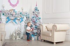 Beau bébé près d'un arbre de Noël Photos libres de droits