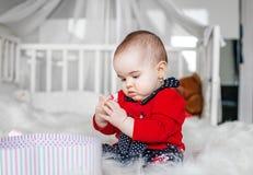 Beau bébé reposant et jouant le jouet bedroom Le concept de photographie stock libre de droits