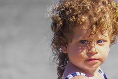 Beau bébé sur la plage photos libres de droits