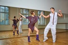 Beau bachata de danse de couples dans le studio de danse Photographie stock
