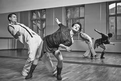 Beau bachata de danse de couples dans le studio de danse Photos libres de droits