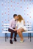 Beau baiser de jeunes couples dans l'amour Photo libre de droits