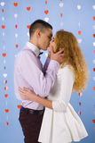 Beau baiser de jeunes couples dans l'amour Image stock