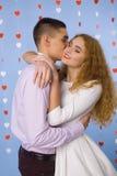 Beau baiser de jeunes couples dans l'amour Photo stock