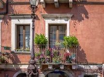 Beau balcon fleuri dans la ville de Taormina - Taormina, Sicile, Italie images libres de droits