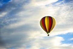 Beau ballon à air chaud contre un ciel bleu profond et des nuages photo stock