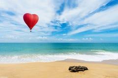Beau ballon rouge sous forme de coeur à la plage de khao de l'AMI images libres de droits