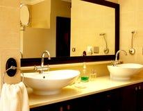 Beau bassin dans une salle de bains Photographie stock libre de droits