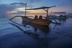 Beau bateau à la plage de Lovina, Bali pendant le lever de soleil Images libres de droits