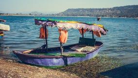 Beau bateau dans le lac de dudhani photographie stock libre de droits
