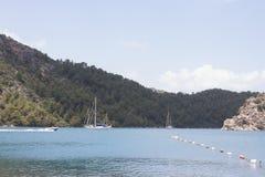 Beau bateau dans un lac Photographie stock libre de droits