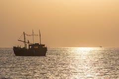 Beau bateau de pêche au lever de soleil pendant l'été Photos stock
