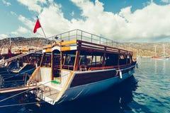 Beau bateau en bois en mer Égée Photographie stock