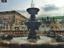 Beau bien dans le palais de Zwinger photos libres de droits