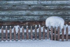 Beau bloc de neige sur une barrière en bois avec un contexte neigeux Il y a une belle palissade en bois en avant Noël photos libres de droits
