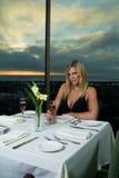 Beau blond dînant image libre de droits