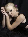 Beau blond sur le noir Images stock