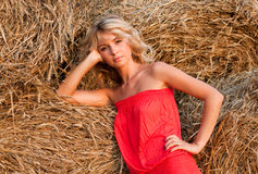 Beau blondie près de meule de foin Photos libres de droits