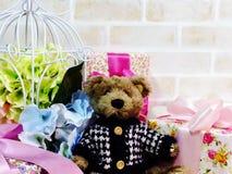 Beau boîte-cadeau avec l'ours de nounours et le bouquet de fleur artificielle Image stock