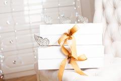 Beau boîte-cadeau de luxe avec le ruban Images stock