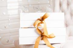 Beau boîte-cadeau de luxe avec le ruban Photo libre de droits