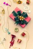 Beau boîte-cadeau enveloppé avec le ruban vert sur le panneau en bois décembre photo stock