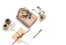 Beau boîte-cadeau fait main (paquet) avec les fleurs, enveloppe sur le fond blanc photo stock