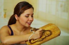 Beau bois de femme brûlant avec le stylo de pyrography Photos stock