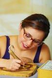 Beau bois de femme brûlant avec le stylo de pyrography Photo libre de droits