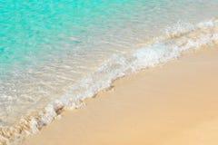 Beau bord de la mer avec la mousse de mer et le sable, eau de mer bleue transparente Photos stock